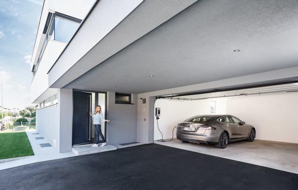 Elektrofahrzeug in Garage an einer Wallbox