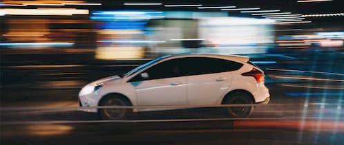 Elektrofahrzeug fährt mit hoher Geschwindigkeit über die Stadtautobahn